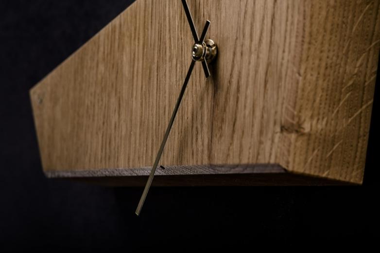 Wanduhr – Verschnitt – Eichenholz – Detailansicht
