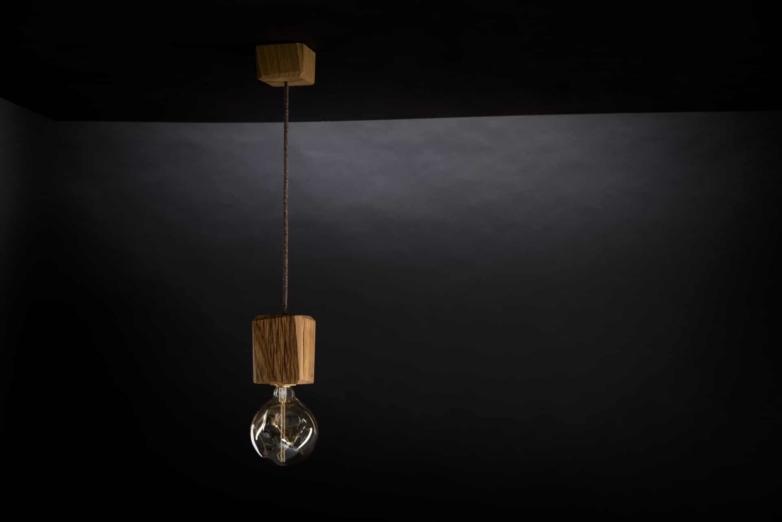 Hängeleuchte – Verschnitt Kubusleuchte Decke – Eichenholz – Produktansicht