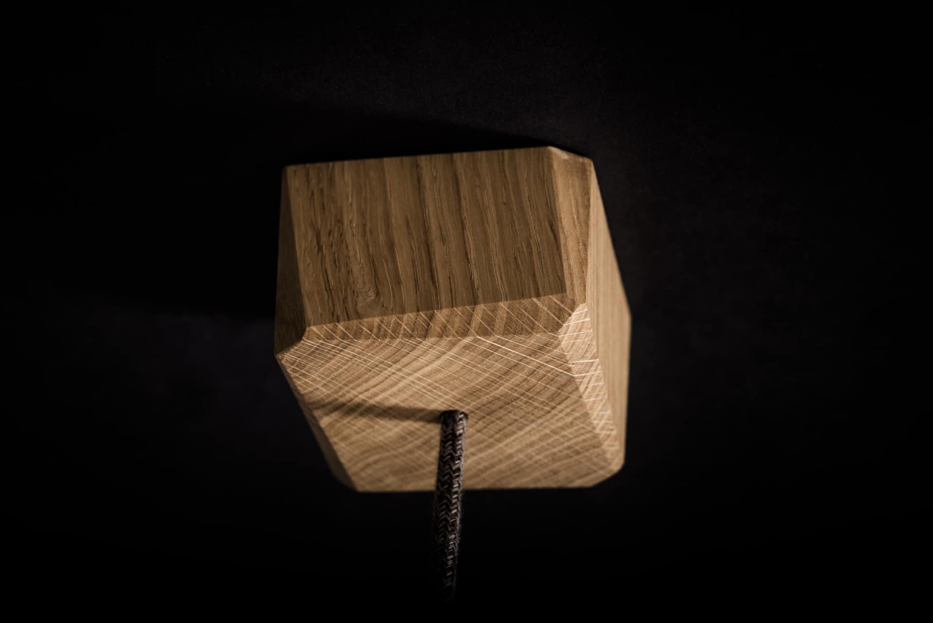 Hängeleuchte – Verschnitt Kubusleuchte Decke – Eichenholz – Detailansicht